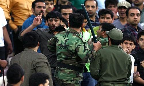 صورة صحيفة روسية: واشنطن تراهن على ثورة في إيران