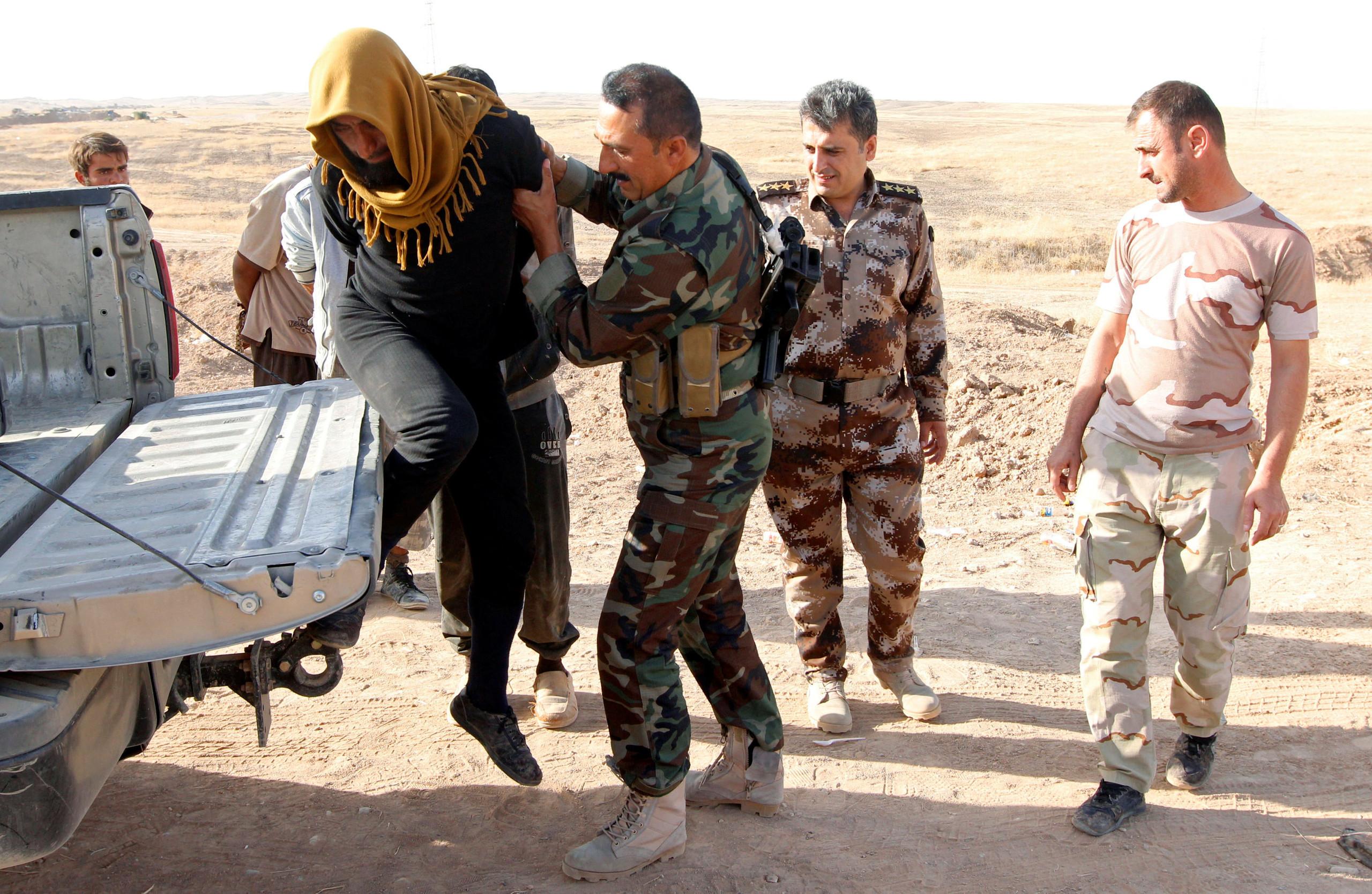 صورة سجين من تنظيم الدولة يقتل قيادياً لقسد
