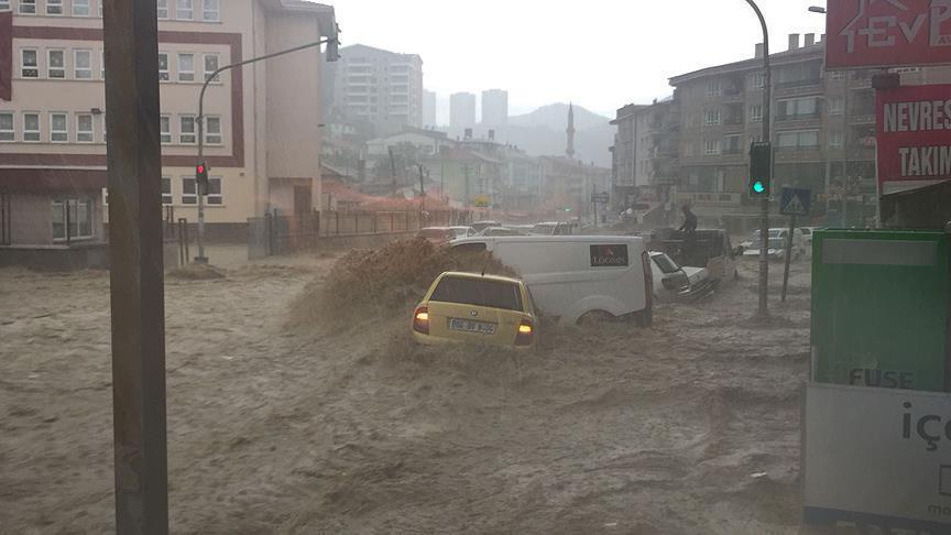 صورة تركيا..سيول عارمة تجرف عشرات السيارات في أنقرة