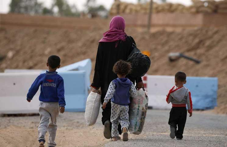 صورة الوحدات الكردية تعتقل عائلات نازحة من ديرالزور