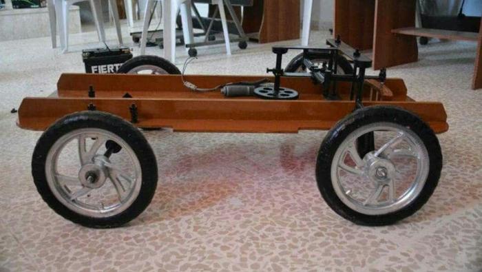 """صورة إدلب..""""الإبداع الهندسي"""" يصنع سيارة تعمل بطريقة التحكم عن بعد"""