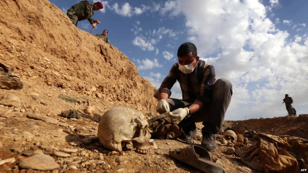 صورة العثور على مقبرة جماعية في الرقة