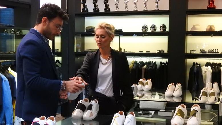 صورة لاجئ سوري يطلق علامة تجارية للأحذية الرياضية لأثرياء باريس