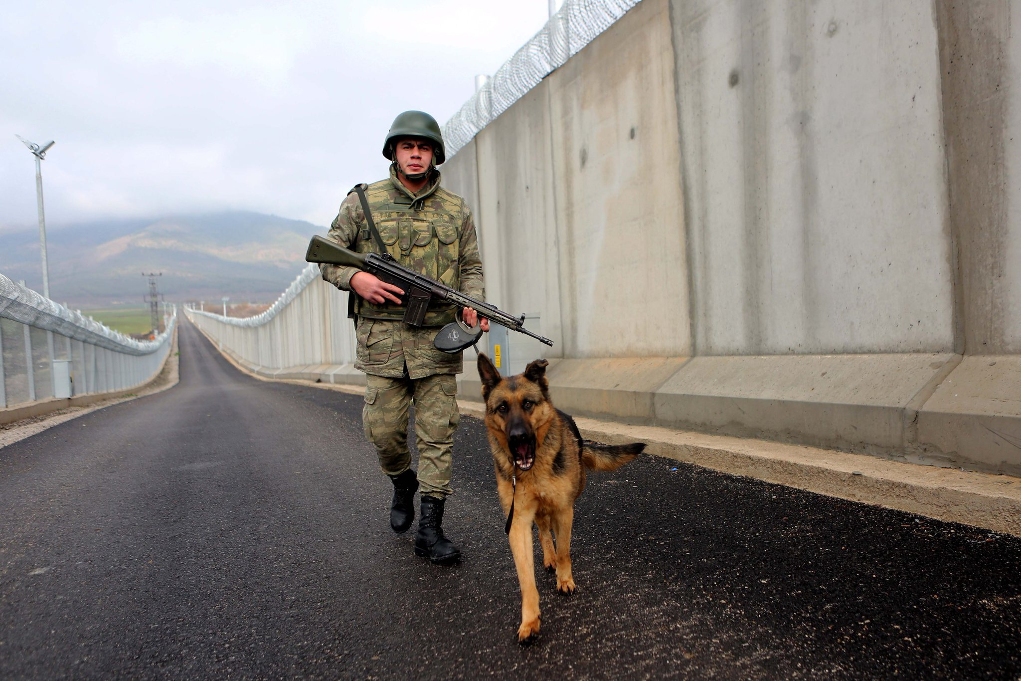 صورة الثالث عالميا..تركيا تنهي بناء جدارها الأمني مع سوريا