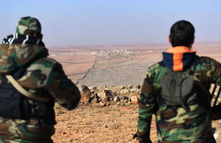 """صورة مدنيون وعسكريون بـ""""كفريا والفوعة"""" يتلفون ممتلكاتهم وأسلحتهم"""