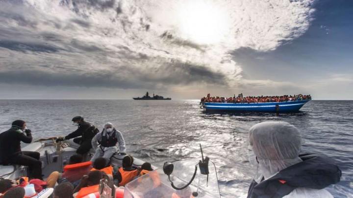 """صورة سفن """"الناتو"""" تنقذ 41 سورياً من الغرق ببحر إيجه"""