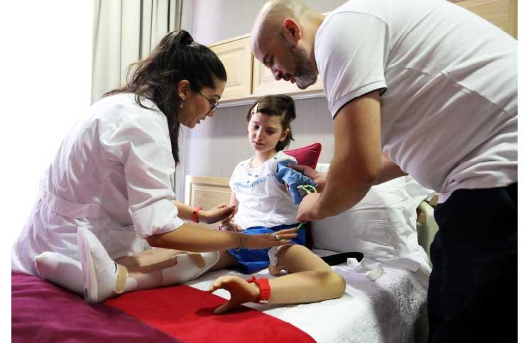 صورة أطباء أتراك يعيدون الأمل لطفلة سورية مزقت الحرب جسدها