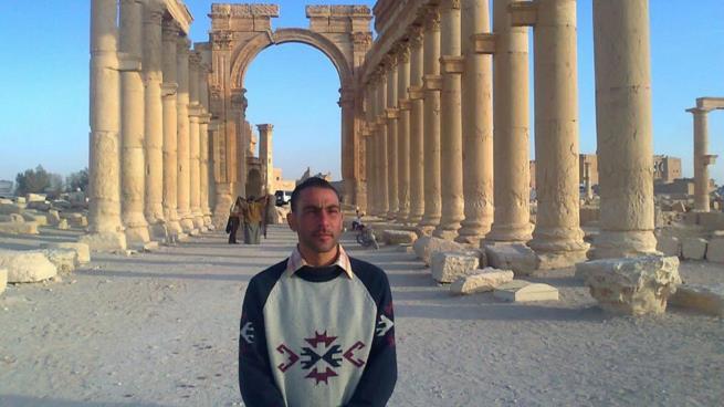 """صورة إبراهيم المطلق ..""""عين الحقيقة"""" التي تحدت الأسد في تدمر"""