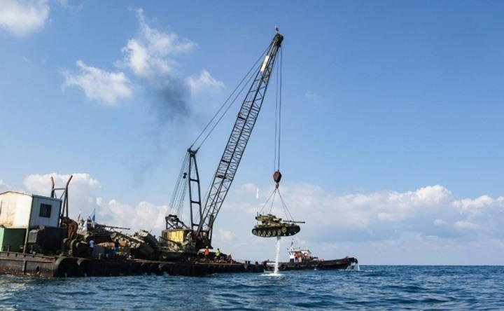 صورة الهدف سياحي لا عسكري..لبنان ينزل دبابات للبحر ويوجه الفوهات نحو فلسطين!