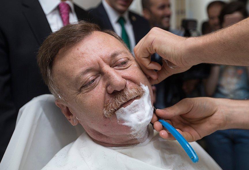 صورة نائب معارض لأردوغان يفي بنذره ويحلق لحيته- شاهد