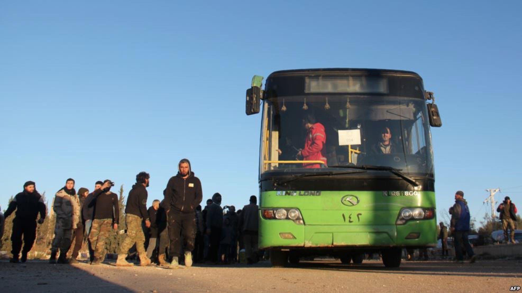 صورة ميليشيات شيعية تحتجز مهجري القنيطرة
