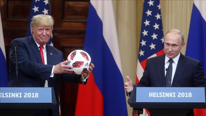 صورة واشنطن تجرى فحصا أمنيا دقيقا لكرة أهداها بوتين لترامب