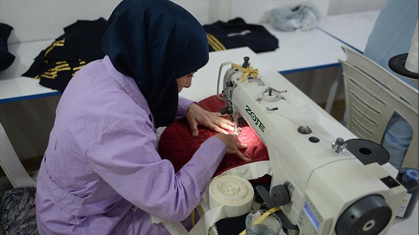 صورة سوريات في تركيا يحكن ملابس للشرق الأوسط وأوروبا
