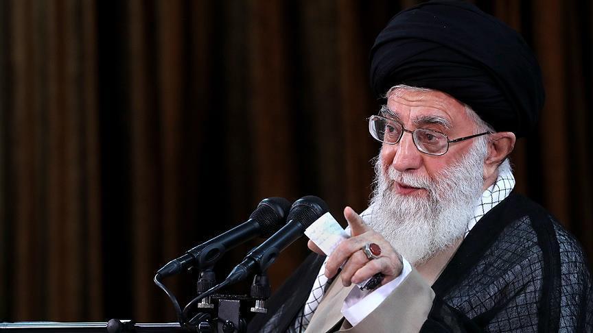صورة خامنئي يلوح باحتمالية انسحاب إيران من الاتفاق النووي