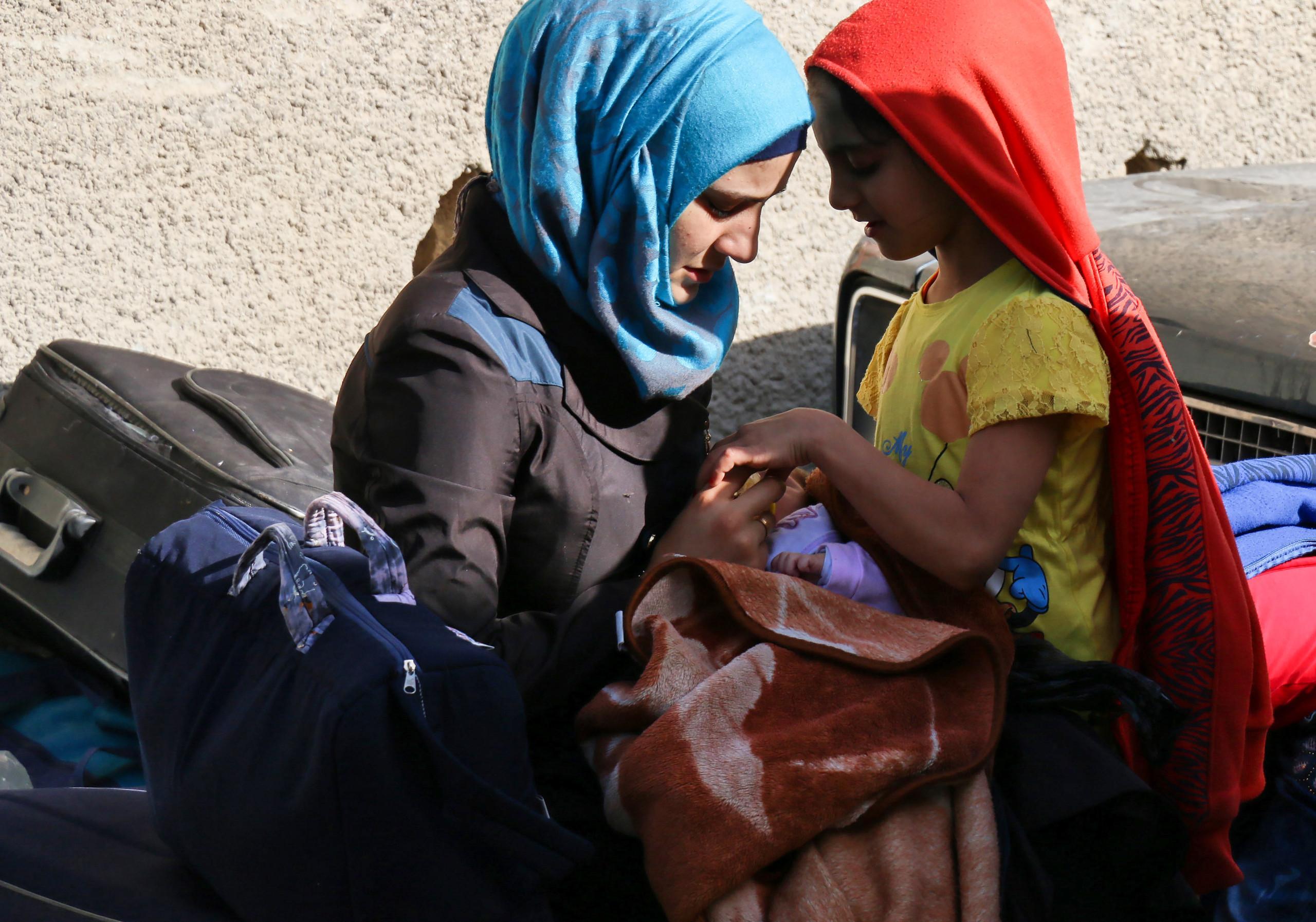 صورة وصول عشرات النازحين من إدلب إلى الرقة