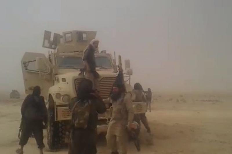 صورة دير الزور.. تنظيم الدولة يسيطر على مدرعات أمريكية