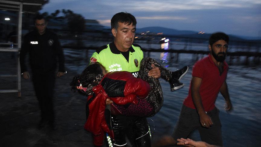 صورة شرطي تركي يذرف الدموع لأجل طفلة مهاجرة