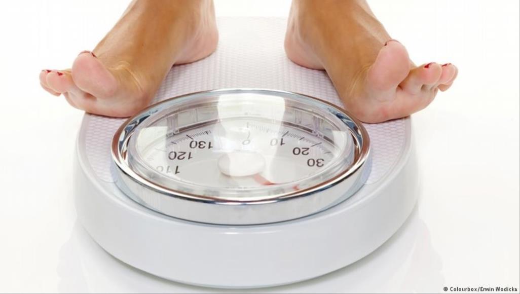 صورة قياس الوزن يوميا يساعدك في التخسيس