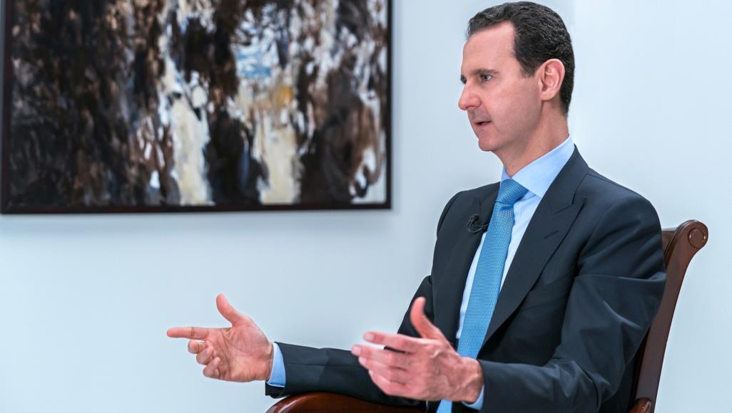 صورة الأسد دكتاتور دموي خلف قناع المثقف