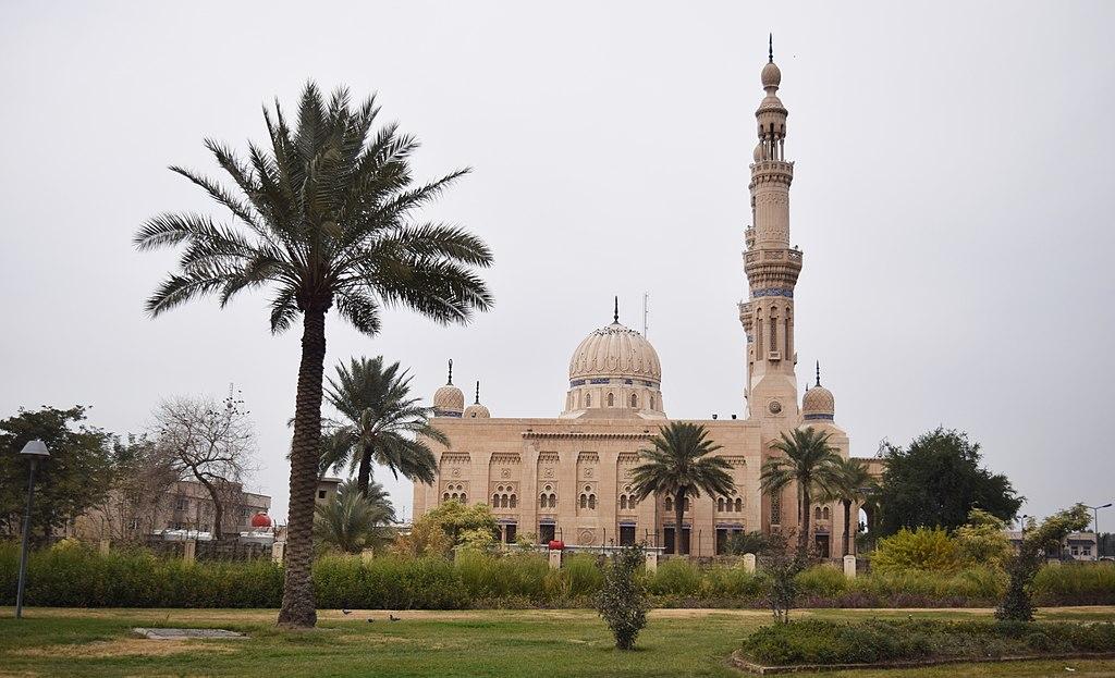 """صورة حدث لافت.. """"سليماني"""" يزور مسجد """"ابن تيمية"""" ببغداد"""