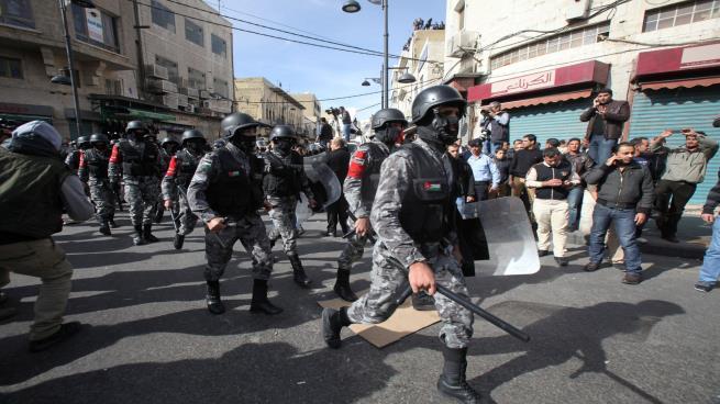صورة ووقوع جرحى..احتجاجات في الأردن والأمن يستخدم القوة