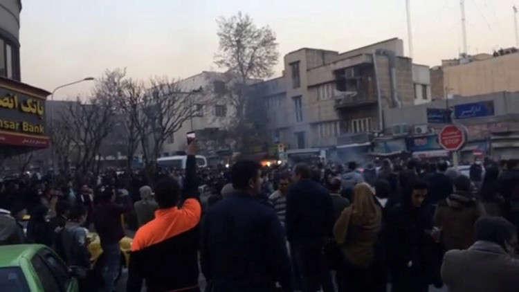 صورة متظاهرون إيرانيون: الموت لجمهورية الملالي