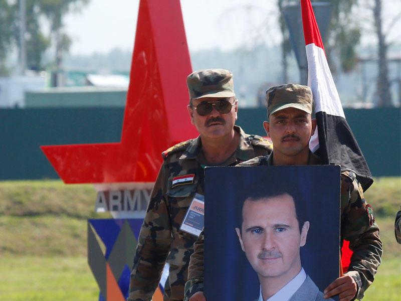 """صورة ضابط سوري يحارب جنرال أمريكي في منبج بصورة """"الأسد""""!"""