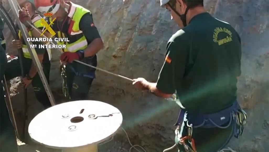 صورة لإنقاذ رضيع سقط في بئر عميقة.. إسبانيا تحفر نفقا