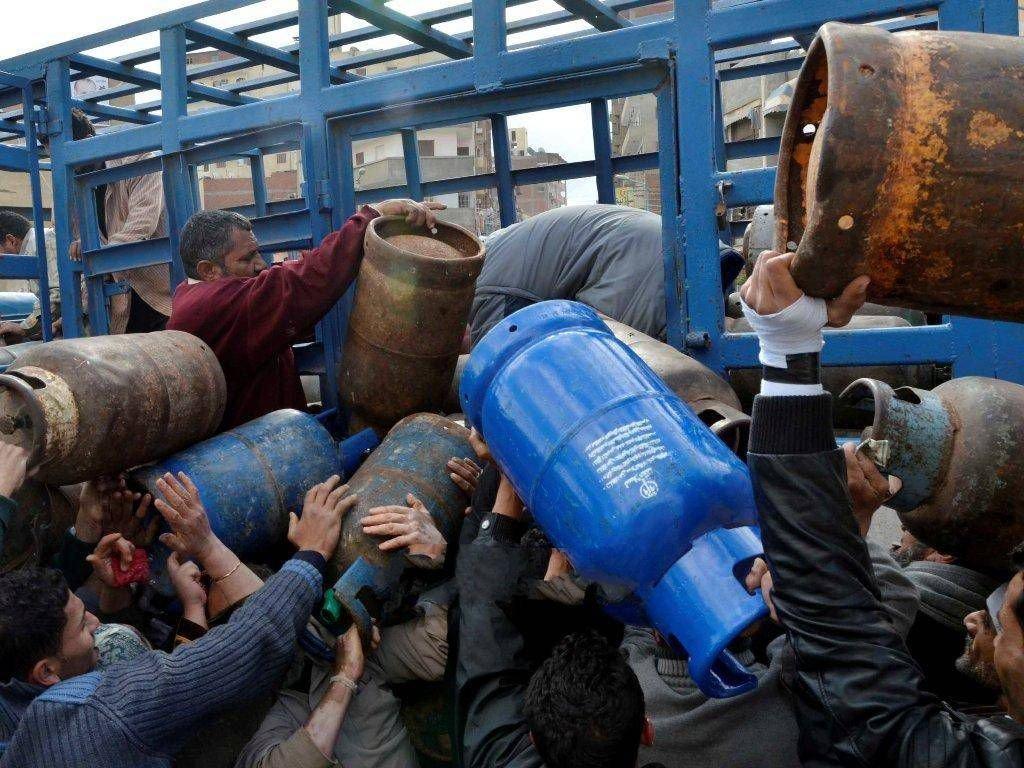 صورة سابقة من نوعها..تحرير الشام ترسل عشرات شاحنات الغاز إلى مناطق سيطرة النظام السوري