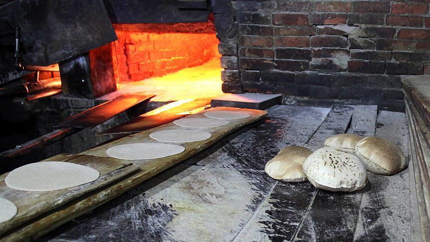 """صورة بسبب الفقر.. الإيرانيون يهربون """"الخبز"""" لكسب بعض المال!"""