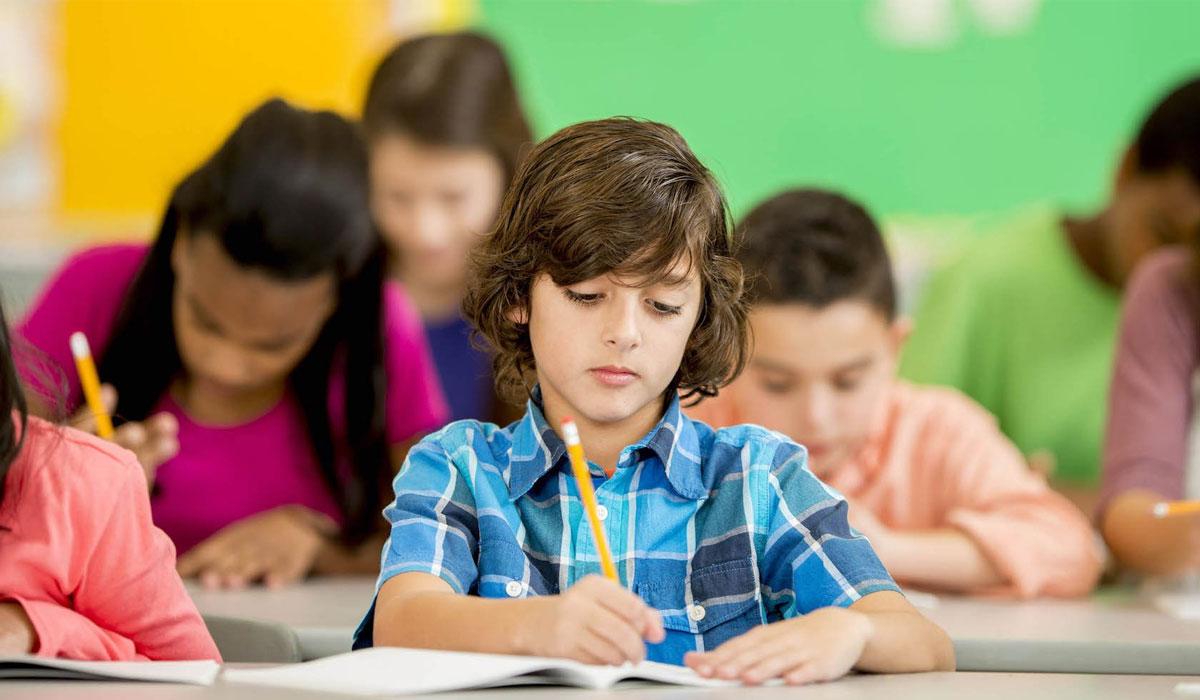 صورة 4 خطوات لتحسين خط طفلك في الكتابة