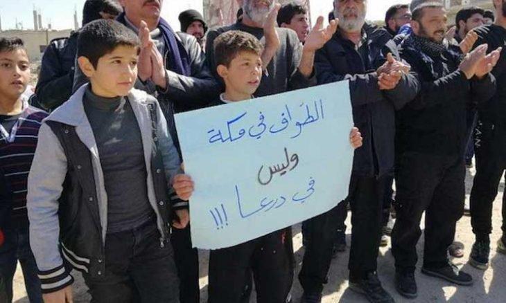 صورة تمثال لحافظ الأسد يفجر مظاهرة ضد نظامه في مهد الثورة- فيديو