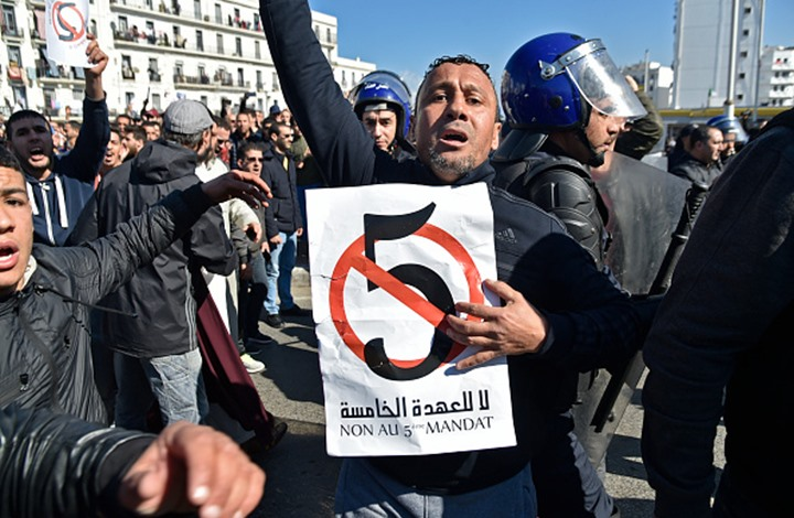 صورة بوتفليقة يستفز الجزائريين مجدداً