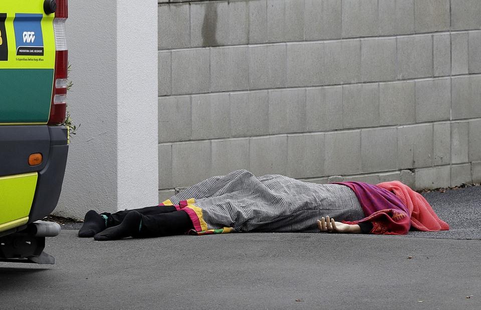 صورة هرولت لإجلاء زوجها المشلول من المسجد المنكوب.. لكن القاتل أرداها على أعتابه