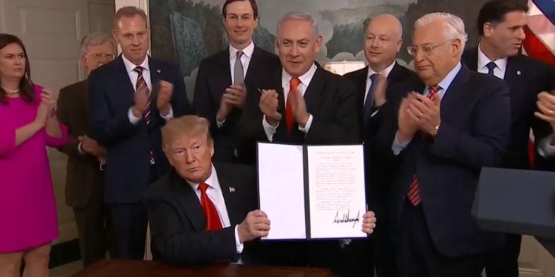 صورة ترامب يوقع على الاعتراف بسيادة إسرائيل على الجولان