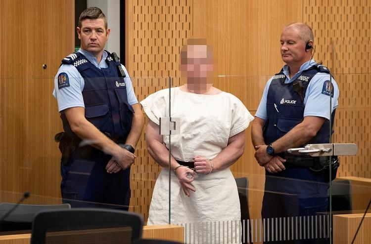 صورة سفاح المسجدين يمثل أمام المحكمة.. ويغيظ المسلمين