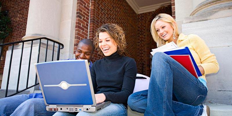 صورة طالبة تدفع مليون دولار رشوة للحصول على قبول جامعي!