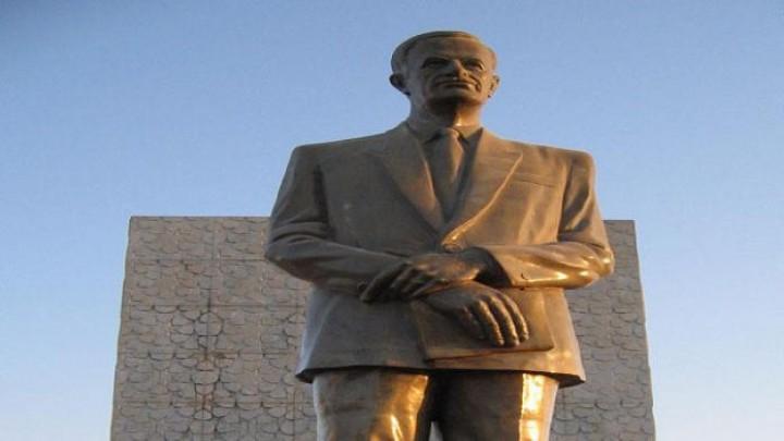"""صورة حزب البعث يعتزم إعادة تنصيب أول تمثال لـ""""حافظ الأسد"""" أسقطه ثوار درعا عام 2011"""