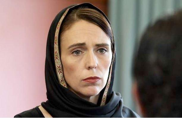 صورة رئيسة وزراء نيوزيلندا ترتدي الحجاب تضامنا مع ذوي ضحايا مذبحة المسجدين