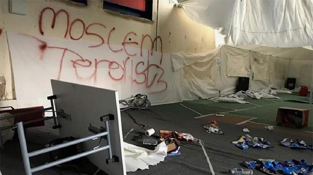 صورة هجوم على مدرسة إسلامية في بريطانيا.. وتمزيق نسخ من القرآن الكريم وكتابات عنصرية- شاهد