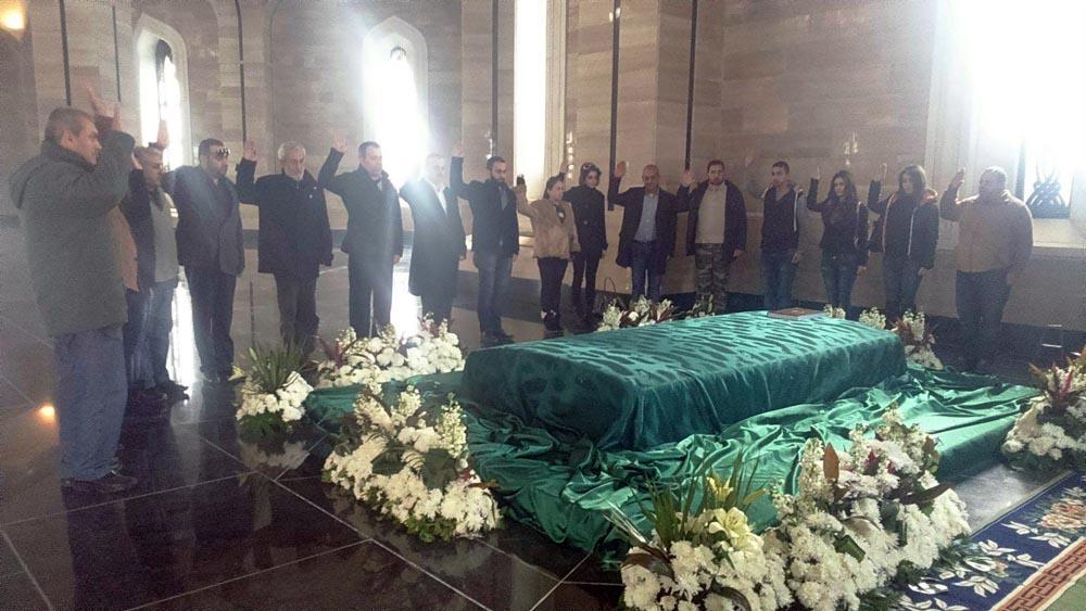 صورة وسط أزمات السوريين.. الأسد يخصص 45 مليون ليرة لإنارة طريق قبر والده!