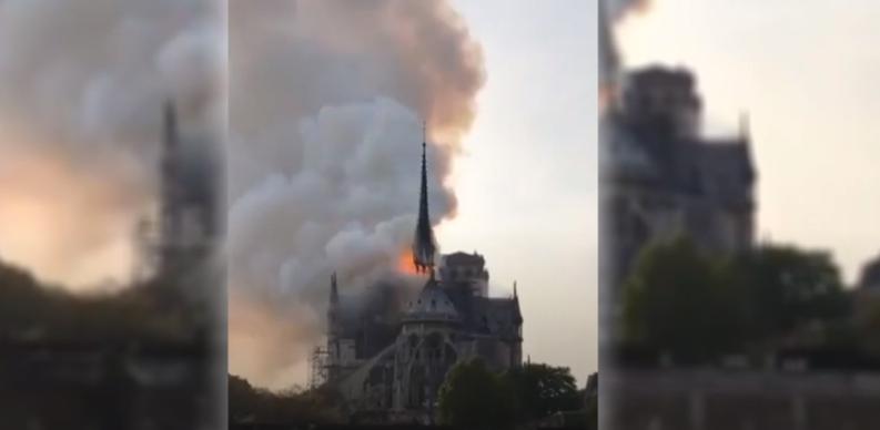 صورة باريس.. حريق هائل بكاتدرائية نوتردام وانهيار البرج التاريخي