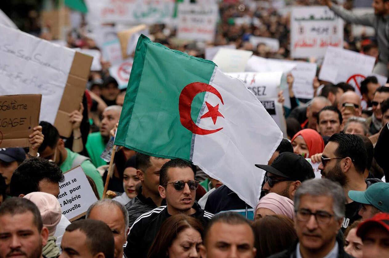 """صورة انتصار الجزائر.. عودة لـ """"الربيع العربي"""" من عنق الزجاجة"""