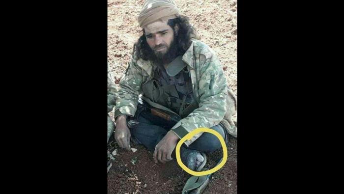 """صورة القيادي في """" الجيش الحر"""" الذي أذهل الجميع بلباسه واستشهاده.. يعود للحياة بعد 3 أيام من الزحف- شاهد"""
