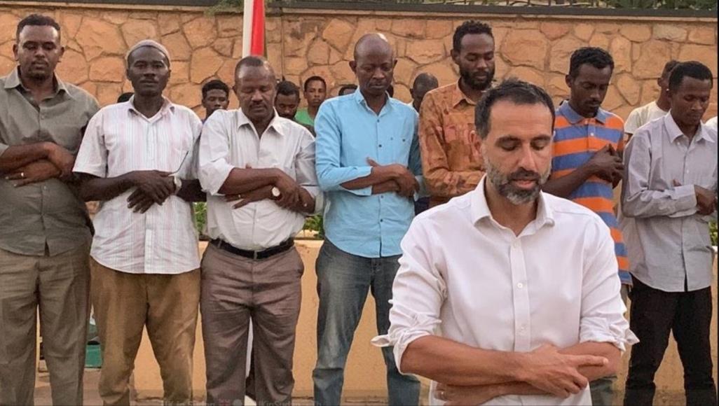 صورة السودان.. سفير بريطانيا يؤم المصلين