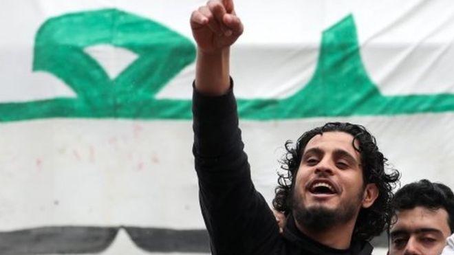 """صورة تشييع الساروت """"منشد"""" الثورة السورية و""""حارسها"""" إلى مثواه الأخير- فيديو وصور"""