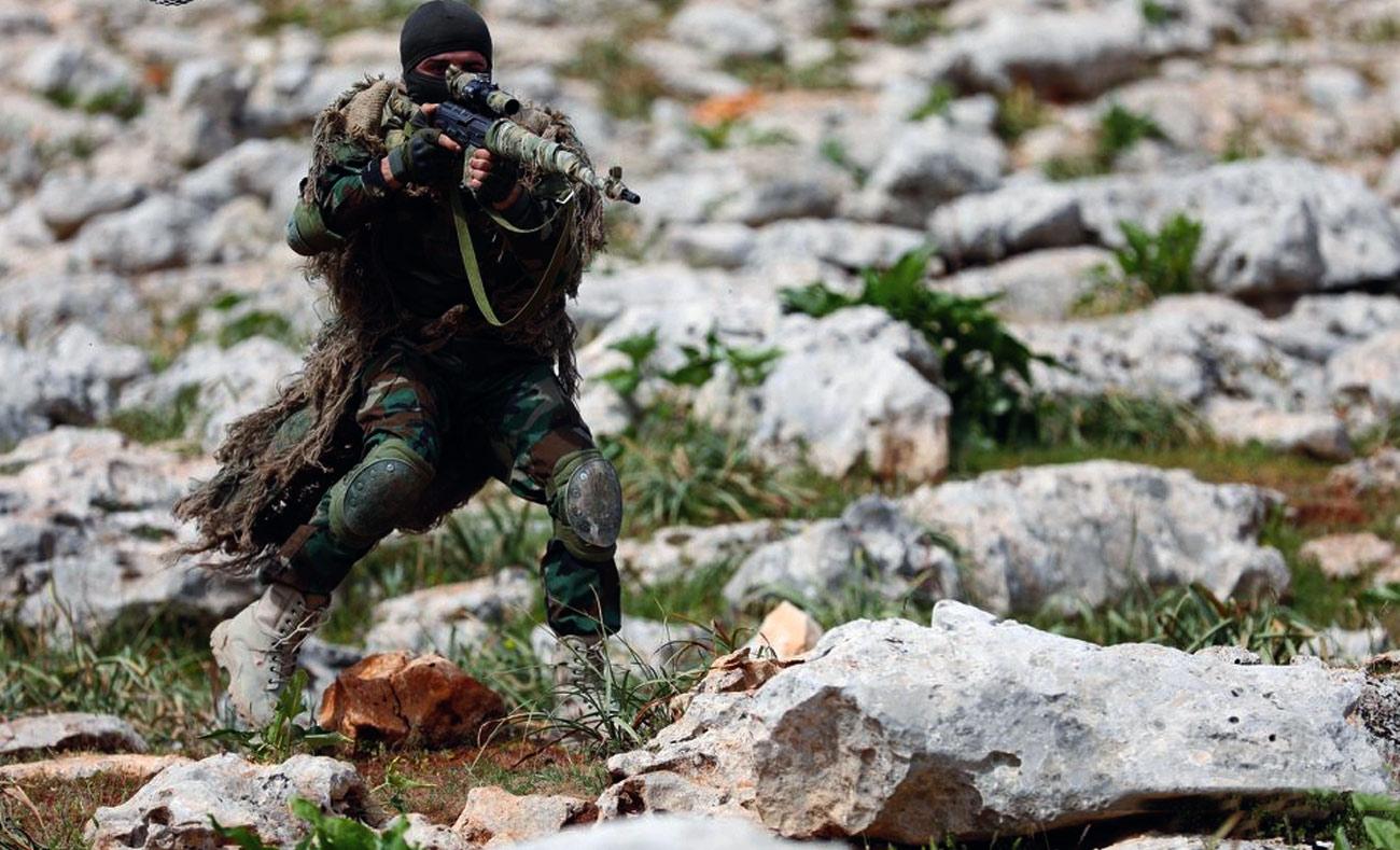 """صورة قيادي بالجيش الحر للقرى الموالية للأسد بريف حماة: """"نحن أهلكم وأنتم منا""""- شاهد"""