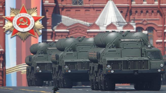 """صورة روسيا تبدأ شحن صواريخ """"إس400"""" إلى تركيا"""