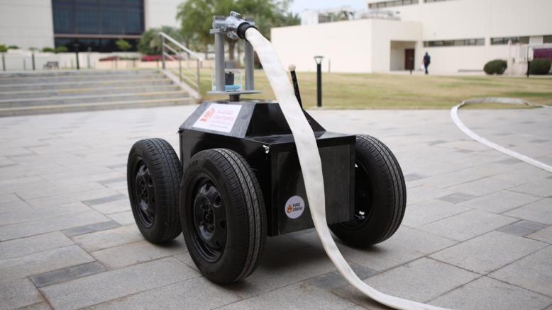 صورة بأيدي عربية أنثوية .. أول روبوت لأطفاء الحرائق