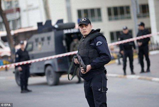 """صورة صورة – عناصر الشرطة التركية بـ """"الشورت"""" وعلى الدراجات الهوائية!"""